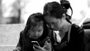Una niña de 2 años queda medio ciega tras exponerse durante un año a la pantalla de un teléfono móvil