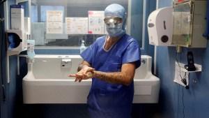 """El """"mayor caso de pedofilia"""" en Francia: un cirujano abusó de cientos de menores bajo anestesia y lo registró en un diario"""