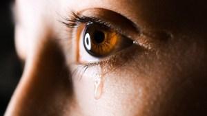 'Diamantes' en vez de lágrimas: una joven llora cristales y desconcierta a los médicos