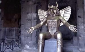Colocan una estatua de Moloch al lado del Coliseo romano en el Vaticano