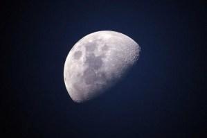 Algo no encaja en la Luna