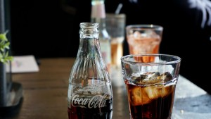 Legislador austríaco realiza una prueba rápida de covid-19 sobre un vaso de Coca-Cola y da positivo