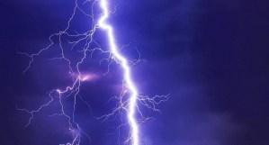 Un rayo impacta al lado de un hombre mientras habla de la naturaleza de Dios