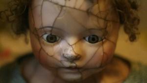 Hallan una tétrica colección de muñecos clavados en árboles en un bosque de Inglaterra
