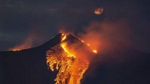 """La última erupción del volcán Etna resulta """"mucho más poderosa"""" que las anteriores y sorprende a los propios vulcanólogos"""