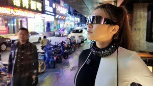 Una youtuber crea un collar al estilo 'Cyberpunk' que bloquea los micrófonos e impide que la espíen