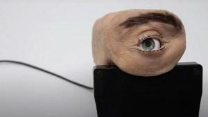 Crean una inquietante cámara web con aspecto de ojo humano que parpadea y sigue con su mirada al usuario