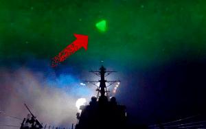 """Nuevo video muestra """"Ovnis brillantes acechando un barco de la Marina"""""""