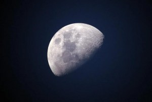 Un ser cuenta esta historia sobre el real origen de la Luna