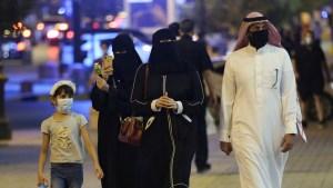 Arabia Saudita cierra todos los espacios públicos y el transporte para quienes no estén vacunados contra el covid-19
