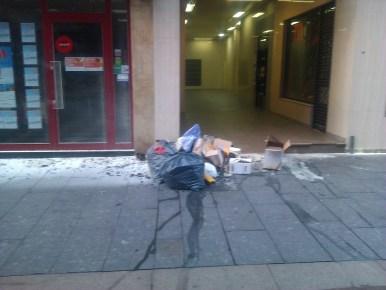 Un grupo de bolsas de basura con su contenido volcado, esta mañana en Mieres