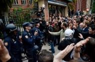 Algunos manifestantes se dirigen a la Policía