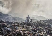 """Fotografía de la serie """"Un mundo de plástico"""" en la que Javier Sánchez-Monge ha trabajado en paralelo a su proyecto acerca del cambio climático y en que trata acerca de los devastadores efectos que está teniendo sobre nuestro planeta la contaminación por plástico."""