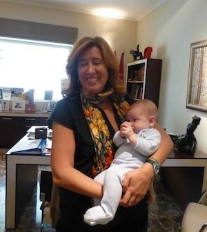 Ana Kringe, alcaldesa de Dénia, con el niño Pablo Ricart en brazos. (C) Manuel López 2012