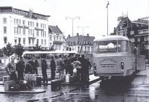 Emigrantes españoles en el centro de Eindhoven preparándose para marchar de vacaciones a sus pueblos. 1965. (PCA)