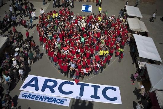 Greenpeace ha formado un corazón gigante con más de 400 personas para pedir la protección del Ártico, en Barcelona, 20 de abril de 2013.