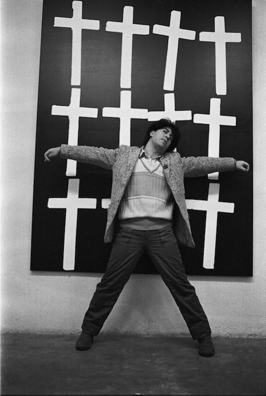 """Javier Porto. Almodóvar y cruces. De la serie """"La noche se mueve"""", 1982. Fotografía s/papel"""