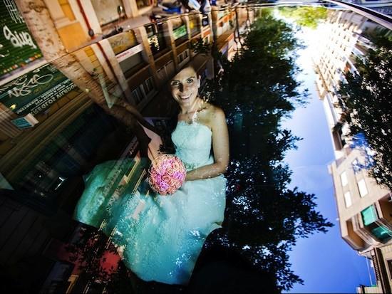 """(C) Ivo Dekovic. """"Reflejos lejanos. La novia feliz está lista para ir rumbo a la ceremonia."""" Premio en la categoría """"Preparativos de boda"""" de los World Wedding Photo 2013"""