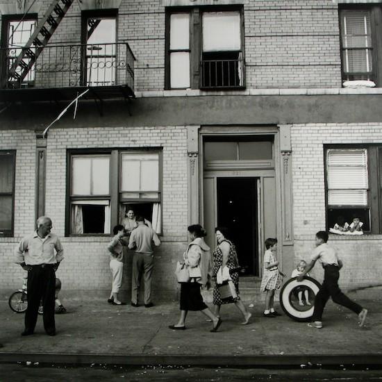 108 St. East, Nueva York. 28 de Septiembre, 1958. © Vivian Maier, Maloof Collection, Cortesía Howard Greenberg Gallery, Nueva York