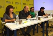 De izquierda a derecha, Claudia García, defensora de derechos humanos colombiana; Esteban Beltrán, director de Amnistía Internacional España; Ada Colau, portavoz de la PAH, y Eva Suárez-Llanos, directora adunta de AI España