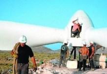 Trabajadores españoles montan un aerogenerador en Andalucía