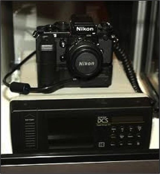 Kodak DCS. Un cuerpo de cámara Nikon F3 ssirvió de base al sistema de cámara digital DCS (Digital Camera System) que Kodak empezó a comercializar en 1991 como DCS 100, después de sometidos a prueba equipos cámara-transmisor en situaciones de tensión informativa como Tiananmen 1989