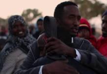 Omar, un refugiado somalí de 17 años, despide a su amigo, que se marcha de Libia a Noruega, donde ha sido aceptado para su reasentamiento © www.marcsilver.net
