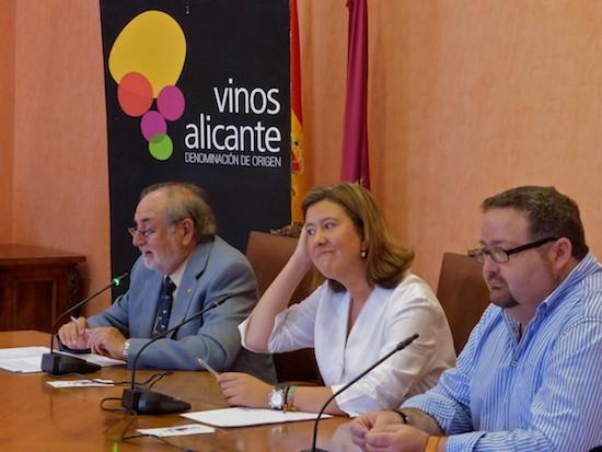 De izquierda a derecha: Antonio Miguel Navarro, presidente del Consejo Regulador de la Denominación de Origen Protegida (DOP) Vinos Alicante, Ana Kringe, alcaldesa de Dénia y Sisco Signes,concejal de Agricultura