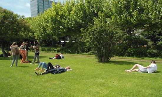 Orilla del Main. Domingueros gozando del sol del 2 de junio