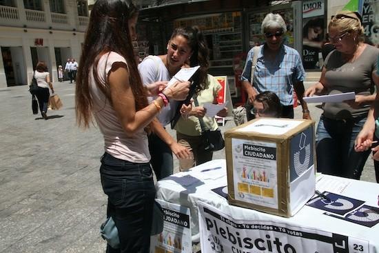 Personas congregadas en una mesa de votación del Plebiscito Ciudadano en Málaga, sur de España. Crédito: Inés Benítez/IPS