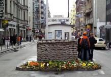 """Berlin, el antiguo """"Checkpoint Charlie"""" queda como reclamo del turismo."""