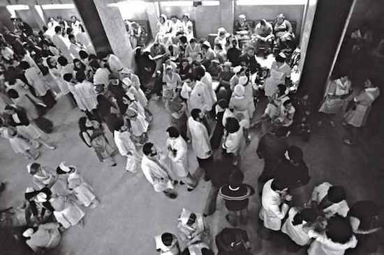 © Manuel López. Huelga de personal sanitario. Hospital 1º de Octubre, Madrid, abril de 1978. De la exposición Manuel López, Imágenes 1966-2006 (disponible)