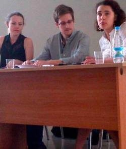 Edward Snowden junto a Sarah Harrison de WikiLeaks (izquierda) durante una reunión con ONG de derechos humanos, entre las que estaba Amnistía Internacional, en el aeropuerto de Sheremetyevo de Moscú hoy. Foto de Tanya Lokshina/Human Rights Watch