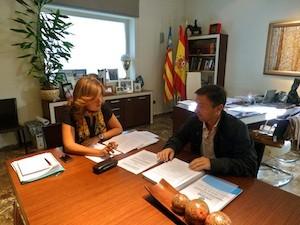 Ana Kringe, alcaldesa de Dénia, deapachando con el concejal de Hacienda Vicente Chelet. (C) Manuel López 2012