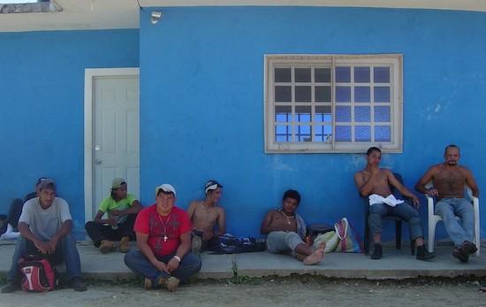 """Migrantes descansan en el refugio """"La 72"""""""