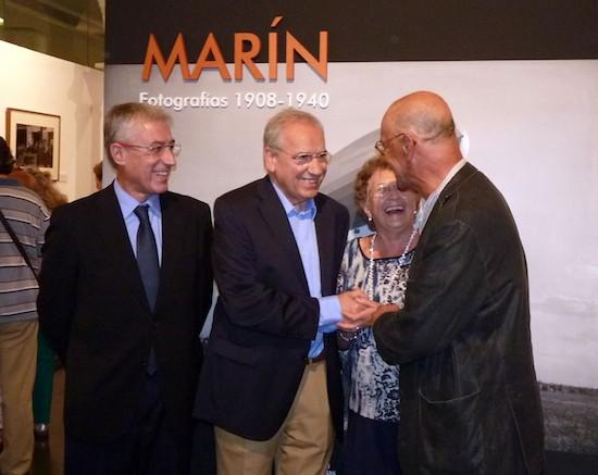 Alfonso Guerra y Pablo Juliá se saludan en presencia de Sebastián Cano y Lucía Ramón