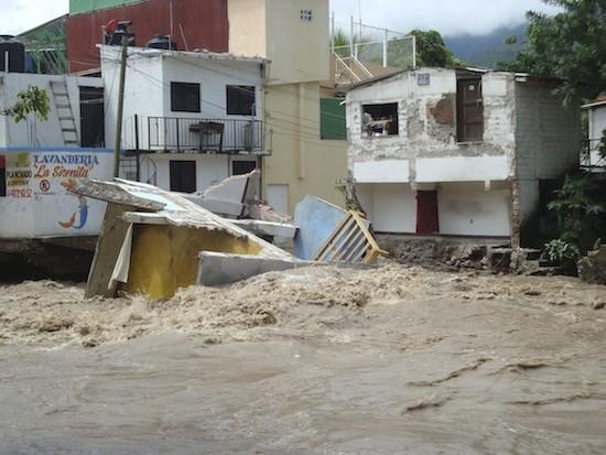 """CHILPANCINGO, GUERRERO, 17SEPTIMBRE2013.- Daños materiales incuantificables, inundaciones, vialidades colapsadas y cientos de damnificados, fue lo que dejaron las fuertes lluvias causadas por la tormenta tropical """"Manuel"""" a su paso por la capital del estado, al desbordarse el rio Huacapa. FOTO: OSCAR ALVARADO /CUARTOSCURO.COM"""