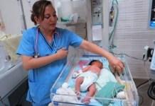 Enfermera con un recién nacido. BM