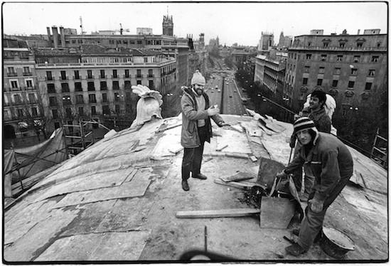 El autor de la fotografía de la Puerta de Alcalá y este artículo, calentándose las manos en lo alto d ela Puerta el 14 de enero der 1980