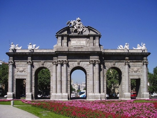 Puerta de Alcalá, Madrid, fachada este. Wikipedia