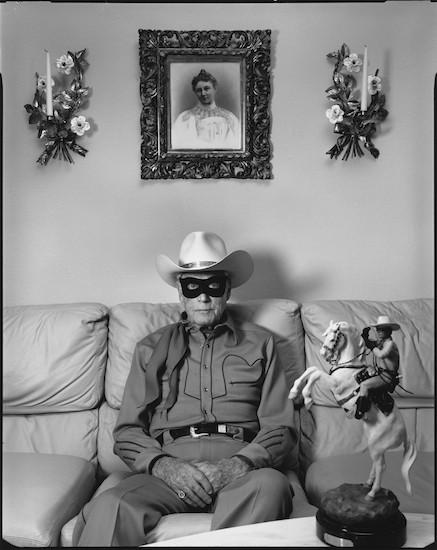 """Clayton Moore, el televisivo """"Llanero Solitario"""", en su casa en Los Ángeles, California, Estados Unidos, 1992_(c) Mary Ellen Mark"""