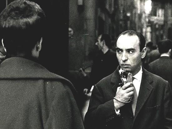 Ignasi Marroyo. Retrato de Joan Colom fotografiando en el Barrio Chino, 1961. Donación del autor. Museu Nacional d'Art de Catalunya, Barcelona © Joan Colom