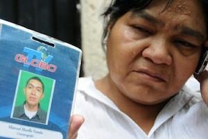 La madre de Juan Carlos Argeñal muestra su credencial