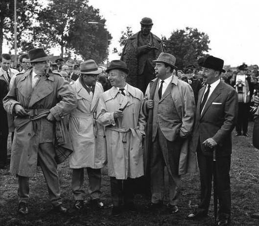 Varios actores que interpretaron el personaje de Maigret, se dan cita en Delfzijl, junto al escritor y la estatua del detective.