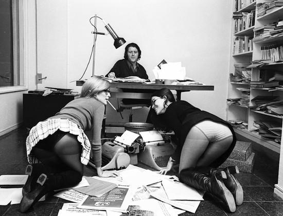 Jorge Herralde con «sus secretarias» Coral Majó y Anna Bohigas, 1970