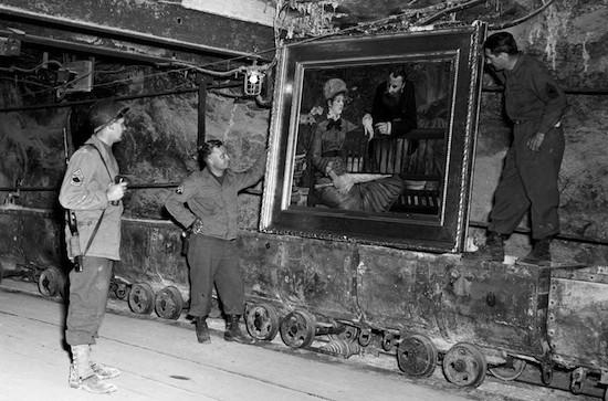 """Soldados USA en Merkers, Alemania, recuperan el """"Wintergarden"""" de Manet. Foto: Cpl. Ornitz"""