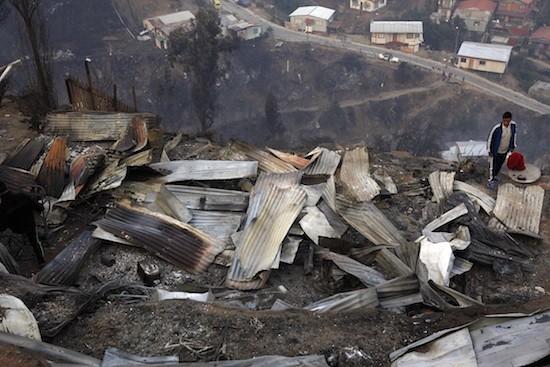 Paisaje detrás del fuego en el cerro La Cruz, uno de los más asolados por el incendio que comenzó el sábado 12 en la ciudad chilena de Valparaíso. Crédito: Pablo Unzueta/IPS