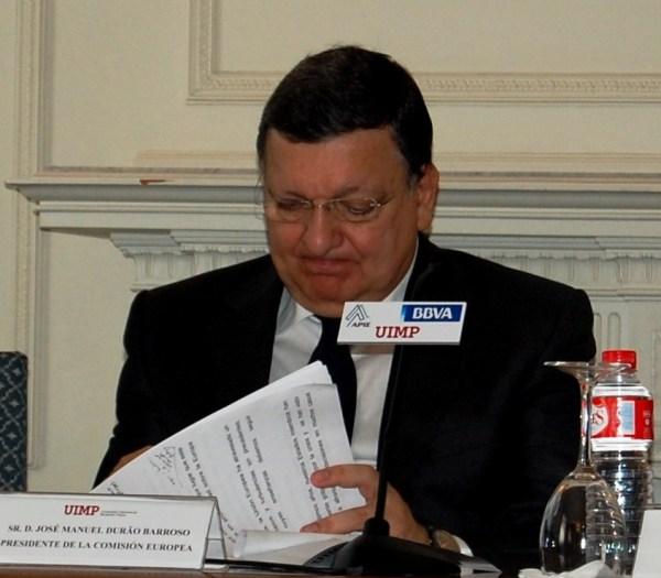 José Manuel Durao Barroso revisa su intervención antes de abrir un curso de Economía en la UIMP de Santander
