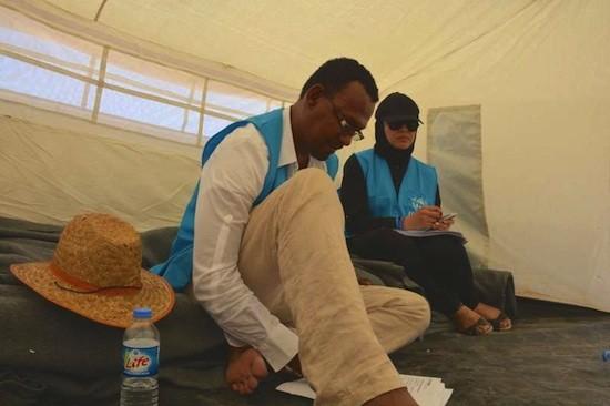 © ACNUR/ N.Colt: Wael y Jwan son miembros del equipo de protección del ACNUR en el Iraq. Aquí los vemos hablando con una familia desplazada por los recientes combates en el norte del Iraq, a fin de conocer mejor sus necesidades.