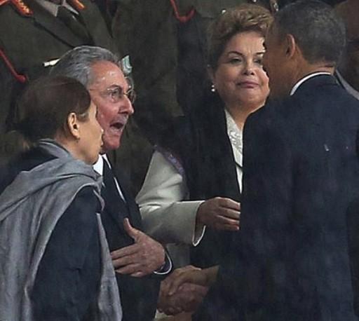 Barack Obama y Raúl Castro se saludan en presencia de Dilma Rouseff en al funeral de Nelson Mandela